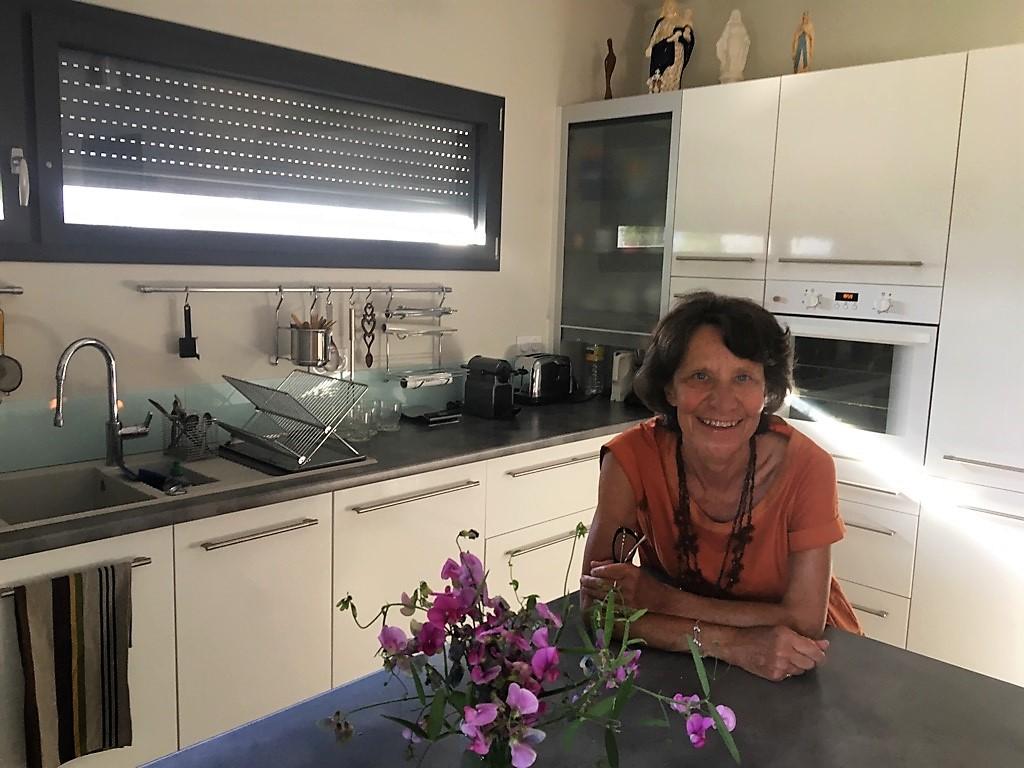 la cuisine équipée noir et blanc de Marie-Christine