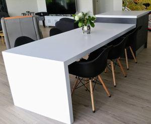 ilot-et-table-repas-en-solid-surface