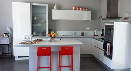 strafie-blanc-brillant-avec-rideau-verre-et-ilot – Marie Rodrigues ...