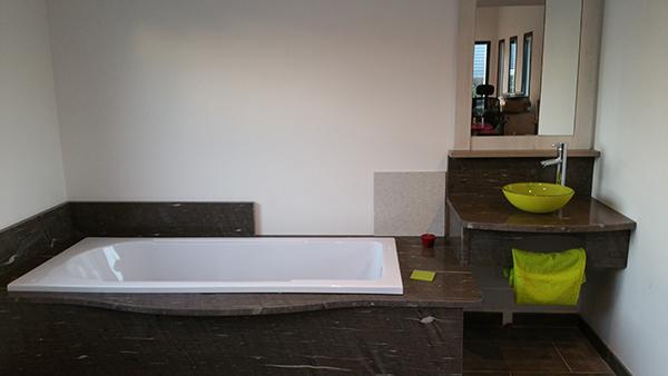 plan-de-travail-en-granit-brown-silk-poli-taupe-salle-de-bain