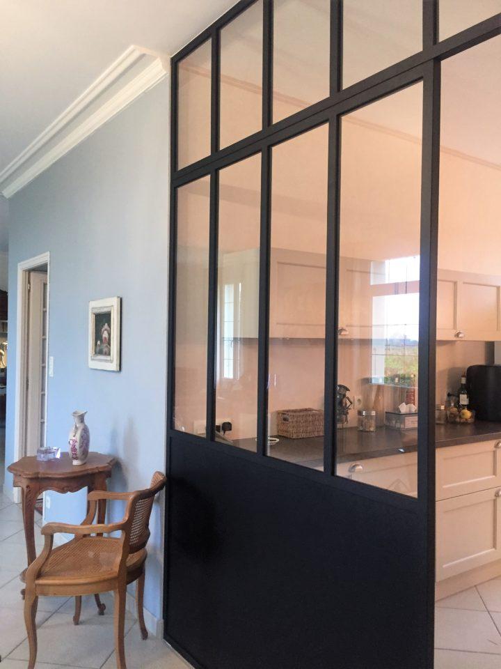 verrière intérieure ouverte sur le salon