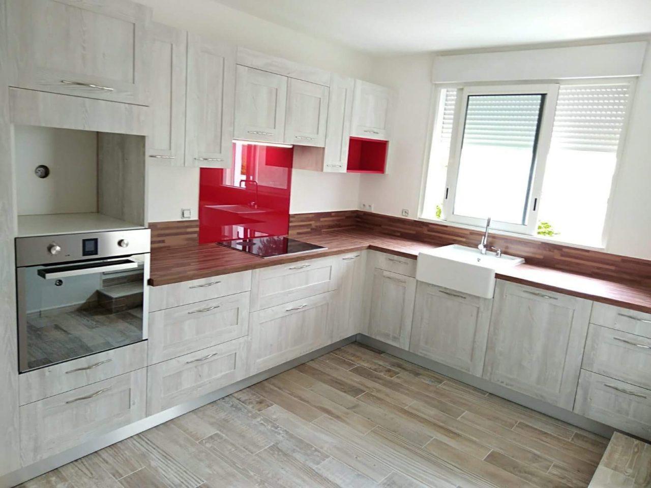 cuisine-wood-blanchi-plan-de-travail-imitation-bois-credence-verre-rouge