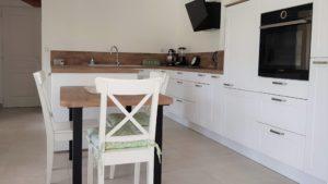 cuisine-equipee-avec-armoire-four-ilot-central-et-table