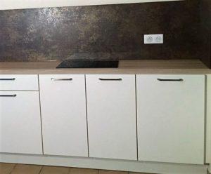 cuisine-equipee-petite-profondeur-de-meubles-avec-plaque-posee-dans-la-largeur