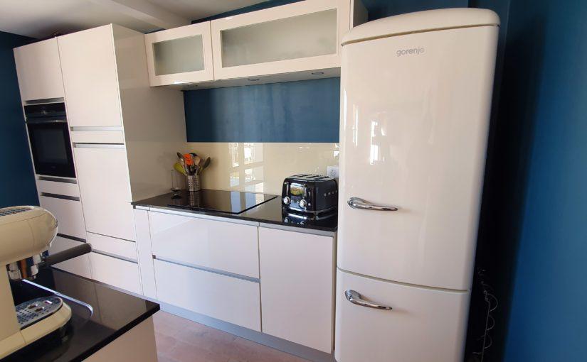 cuisine-equipee-mur-bleu-une-couleur-tendance-2020