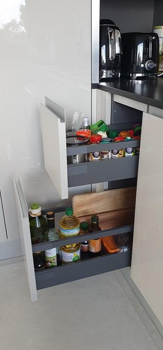 rangement-cuisine-equipee-avec-casseroliers-vauxsurmer
