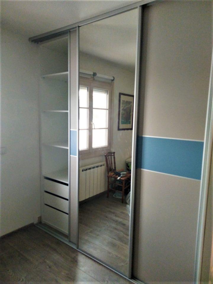 dressing fermé portes coulissantes bleu et cachemire avec miroi