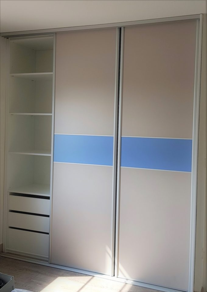 dressing fermé portes coulissantes bleu et blanc rangement
