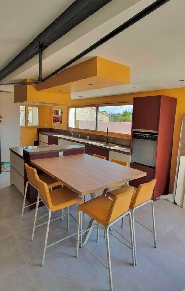 cuisine-equipee-rouille-ilot-plan-snack-tabourets-et-table