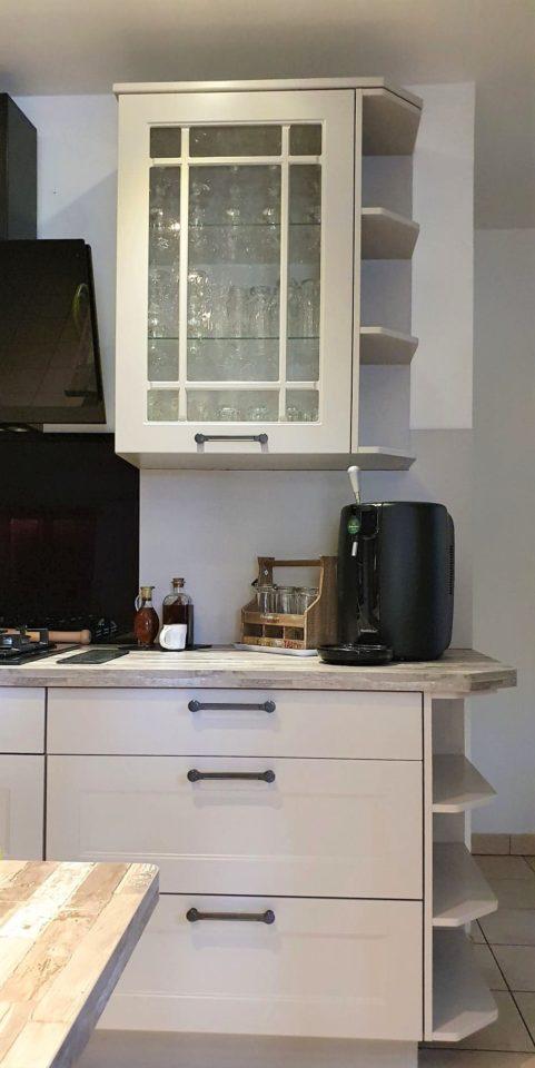 vitrine-rangement-cuisine-equipee-blanche